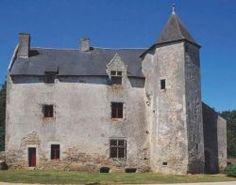 Le manoir de Kermainguy (XVe)   Le manoir conserve tous les caractères de la maison seigneuriale de la première moitié du XVe. La paroisse comptabilise alors une douzaine de seigneuries comme celle-ci.  Elles font partie de la puissante Seigneurie de Largoët qui va des bords de la Vilaine à la rivière d'Auray (Le Loc'h