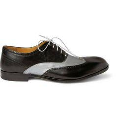 Otra de las señas de identidad más características del estilo de los años 20 la encontramos en el calzado. Los Oxford bicolor vuelven a estar de actualidad, imprescindibles para marcarse un baile de la época como el charlestón y combinarlos con un smoking negro.