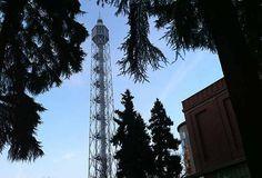 La Tour Eiffel meneghina - Anche Milano ha una sua Torre Eiffel, una slanciata struttura metallica alta 108 metri, che sorge accanto alla Triennale all'interno del parco Sempione. Denominata originariamente Torre Littoria, fu progettata da Gio Ponti e costruita nel tempo record di due mesi e mezzo e inaugurata il 10 agosto 1933.   #TuscanyAgriturismoGiratola