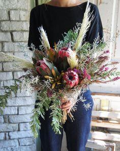 . wedding bouquet . ・プロテア ・パンパスグラス ・ウーリースプーン ・ブルーファンタジア ・リューカデンドロン ・アカシア . . 秋のウエディングに向けて沢山のお問い合わせをいただいております、 ウエディングブーケや装花の打ち合わせをご希望される方は、事前にご予約をいただいけますと、お待たせする事なく打ち合わせ承れますのでよろしくお願いいたします ご予約お待ちしております . . #epanouir #エパヌウィール #epanouirウエディングブーケ #weddingbouquet #ウエディングブーケ #wedding #ウエディング #dryflower #ドライフラワー #プロテア #花のある暮らし #ドライフラワーのある暮らし