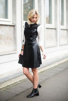 Trend im Herbst 2016: Lederkleid mit weißem Rollkragen Pullover kombinieren - Outfit mit Lederkleid, weißem Rollkragen Pullover, schwarzem Mantel und XXL-Schal von Benetton, Schuhe von Andrea Puccini