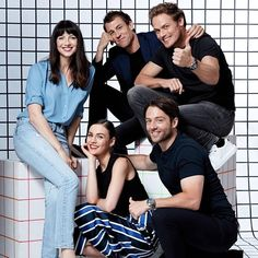One of my favs of all of them together. Reminds me of a sitcom. 😁 So fun! Serie Outlander, Outlander Casting, Tobias Menzies, Outlander Characters, Richard Rankin, Sam Heughan Caitriona Balfe, Daniel Gillies, Zooey Deschanel, Evan Peters