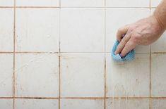 Vihasin kylpyhuoneen puhdistamista, mutta tämän kikan ansiosta siitä tuli suorastaan kivaa Cleaning Bathroom Tiles, Clean Tile Grout, Mold In Bathroom, Bathroom Showers, Bathroom Tile Cleaner, Master Bathroom, Bathroom Caulk, Gym Showers, Grout Cleaning