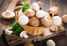 Did you know that you can eat mushrooms raw as well as cooked? They are an excellent source of the B vitamins, riboflavin, niacin, and pantothenic acid making them ideal for pregnant women. Edible Mushrooms, Stuffed Mushrooms, Potassium Rich Foods, Bolet, Food Tech, Pantothenic Acid, Hibiscus Tea, Comfort Food, Food Science