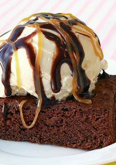 A low-cal pumpkin brownie sundae! Healthy Dessert Recipes, Baking Recipes, Delicious Desserts, Yummy Food, Baking Ideas, Healthy Snacks, Tasty, Pumpkin Brownies, Chocolate Brownies