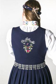 Oslobunad mørk eller lys blå til konfirmasjon eller 17.mai 2017! | FINN.no Folk Costume, Costumes, Hair And Beauty Salon, Bridal Crown, That Look, Oslo, Scandinavian, Clothes, Sewing