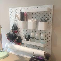 Skadis IKEA hack manicure station nail desk Source by Home Beauty Salon, Home Nail Salon, Nail Salon Design, Beauty Salon Decor, Salon Interior Design, Beauty Salon Design, Manicure At Home, Manicure Station, Nail Station