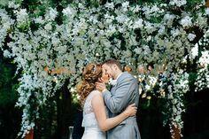 Altar coberto de flores brancas - Casamento no campo , no jardim , de dia