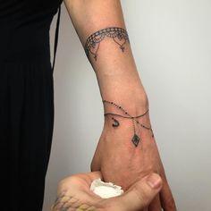 """Gefällt 175 Mal, 1 Kommentare - Un-Om (Cornea Catalin Vladut) (@unomtattoo) auf Instagram: """"#womanbracelet #tattoos #indiatattoo Pentru programări mesaj in privat #donewith…"""""""