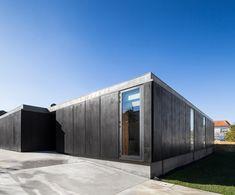 House in Mosteiro by Arquitectos Matos #Houses casa unifamiliar en 1 planta 4 habitaciones entorno a un ·#patio interiores càlidos, minimal