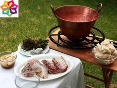 Michoacán te explica: Las carnitas son un platillo típico de Michoacán, originarias de: La Piedad, son pequeñas porciones de cerdo, fritas en manteca, y dependiendo de la persona puede que las sazone con especies, tequesquite o en el fondo de la olla de cobre ponen azúcar para dar un sabor especial.