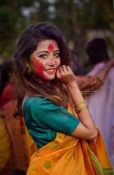 Wedding Couple Poses Photography, Girl Photography Poses, Girl Photo Poses, Girl Photos, Hd Photos, Holi Girls, Holi Pictures, Holi Photo, Saree Poses