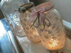 DIY Doily Wedding Projects Doily Covered Jars If you're planning a rustic wedding with a romantic touch – these are perfect. Mason jars covered in doilies can then be decorated with ribbon, yarn, string and other small embellishments to match your decor. Pot Mason Diy, Burlap Mason Jars, Mason Jar Centerpieces, Lace Jars, Centerpiece Ideas, Pots Mason, Quick Crafts, Kids Crafts, Craft Projects