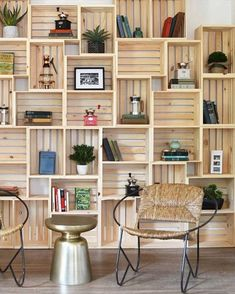 Discover thousands of images about Hacer muebles de cajas de madera/ Make furniture wooden crates … Crate Bookshelf, Bookshelf Ideas, Wood Crate Shelves, Shelving Ideas, Bookshelf Decorating, Rustic Bookshelf, Wooden Crates For Storage, Wooden Crate Room Divider, Apartment Wall Decorating