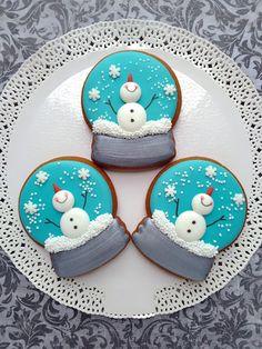 Cute Christmas Cookies For 2018 - cookies verzieren - Plätzchen Cute Christmas Cookies, Christmas Biscuits, Snowman Cookies, Iced Cookies, Christmas Sweets, Christmas Cooking, Noel Christmas, Holiday Cookies, Cookies Et Biscuits