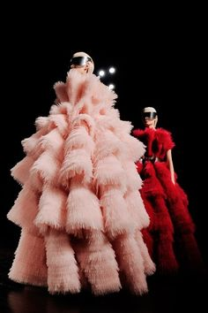 From Paris Fashion Week: Two frothy creations at Alexander McQueen. Photo by Nina Westervelt/MCV Photo Look Fashion, Fashion Art, High Fashion, Fashion Beauty, Fashion Show, Fashion Trends, Fashion Week Paris, Dress Up, Swag Dress