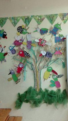 Para dar la bienvenida a la primavera en clase hemos echado mano del libro Quién es ese bicho?(kalandraka) y no nos resistimos a hacer cada uno el nuestro con cartones y pintura.bichos narigudos, de rayas, de lunares, nocturnos..Igual que en el cuento.