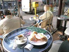 パリ東駅前のカフェで旅の腹ごしらえ。