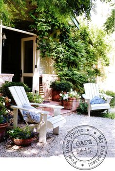 テラコッタの鉢植え 白い椅子 細かな砂利