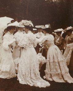 Schöne Kleidung u. Frisuren photograph of a bunch of ladies in lovely clothes. Edwardian Clothing, Edwardian Dress, Edwardian Era, Edwardian Fashion, 1900s Fashion, 1900 Clothing, 1920s Dress, Fashion Vintage, Victorian Era