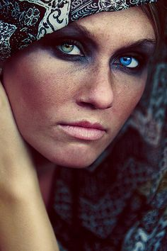Beautiful portrait of a woman with complete heterochromia - different colored eyes. By an unknown artist. Pretty Eyes, Cool Eyes, Two Different Colored Eyes, 3 4 Face, Blue Green Eyes, Look Into My Eyes, Stunning Eyes, Amazing Eyes, Foto Art