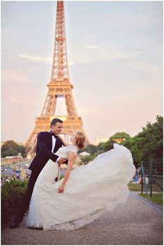 Post wedding shoot in Paris | ArinaB Photography, read more http://www.frenchweddingstyle.com/post-wedding-shoot-paris/
