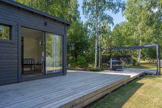 Moderni pihasauna Outdoor Gardens, Garage Doors, Deck, Cottage, Outdoor Decor, Houses, Home Decor, Summer, Style
