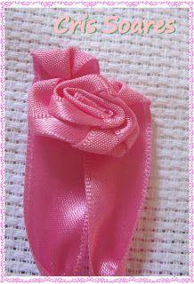 Depois faça uma pequena rosa dobrada,