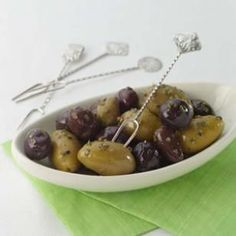 Olives Dried herbs and crushed garlic dress up your favorite olives.Dried herbs and crushed garlic dress up your favorite olives. Holiday Party Appetizers, Thanksgiving Appetizers, Thanksgiving Recipes, Olive Recipes Appetizers, No Cook Appetizers, Healthy Appetizers, Party Recipes, Snack Recipes, Dinner Recipes