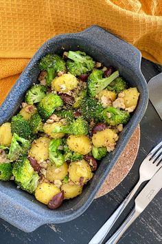 ZUTATEN - 1 EL Olivenöl - 200 g Brokkoli - 2 Champignons - 150 g Tofu - 125 g Gnocchi - Oliven - Oregano - Basilikum - Salz und Pfeffer ZUBEREITUNG - Den Ofen auf 180 Grad Umluft vorheizen. Tofu leicht auseinander zupfen und alle Zutaten miteinander, in einer Auflaufform, vermengen und ab damit, für ca. 30 Minuten, in den Ofen. Ihr könnt gerne auch veganen Käse darauf verteilen und kurz überbacken. Grad, Gnocchi, Tofu, Sprouts, Vegetables, Basil, Salt N Pepper, Souffle Dish, Olives