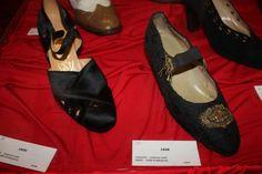 1920′ler… Çarliston modasının yılları… Kadınlar rahatça dans edebilmek için rahat giysilerle birlikte rahat ayakkabıları tercih etmişler.