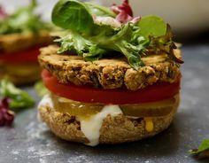 Oven-Baked Falafel Burgers Falafel Burgers, Chickpea Burger, Baked Falafel, Vegan Burgers, Whole Food Recipes, Vegan Recipes, Cooking Recipes, Vegan Meals, Oven Baked Burgers