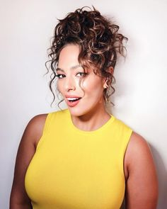 58 Ideas For Hairstyles Curly Bun Top Knot - The Perfect Messy Bun in 3 Easy Steps Messy Bun Curly Hair, Curly Bun Hairstyles, Curly Hair With Bangs, Work Hairstyles, Trendy Hairstyles, Curly Hair Styles, Side Curls, Hair To One Side, Hair Knot