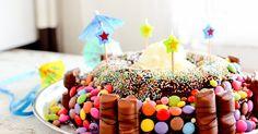 Gâteau d'anniversaire au chocolat et aux bonbons