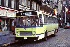 """Het Koningin Astridplein omstreeks 1980, een autobus van """"lijn 18"""" (in de ongewone groene kleur, die vlug afgeschaft werd), die tot de Bikschotelaan Borgerhout reed."""