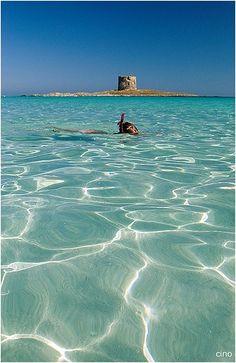 Het mooie La Pelosa strand, Stintino, Sardinië. Ontdek dit Italiaanse eiland met een huurauto.