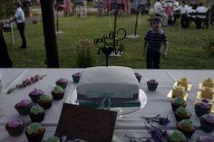 Torta de bodas, torta principal con cupcakes en los tonos del evento, verde agua y lila.