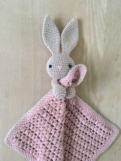 Nussekaninen Karla Crochet Security Blanket, Crochet Lovey, Crochet Baby Toys, Crochet Bunny, Crochet Blanket Patterns, Baby Knitting Patterns, Crochet For Kids, Amigurumi Patterns, Crochet Animals