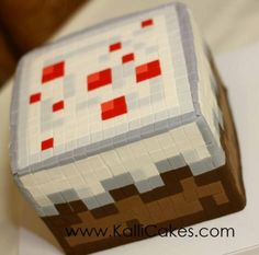 Minecraft wedding cupcakes and cake by Kallie Cakes.