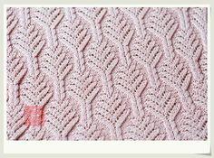 Giacca rosa ai ferri eseguita con motivo di trecce e trafori, e rifinita con bordo di pizzo a l''uncinetto: Un insieme di punti di una bellezza irresistibi