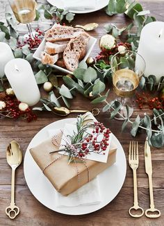 ☆Frische Eukalyptuszweige kombiniert mit Kerzenschein und Accessoires in sattem Rot und Gold!☆ So sieht die perfekte Tischdekoration für ein modernes und zugleich rustikales Weihnachtsfest aus. Alles was Du für diese wunderschöne Tischdekoration brauchst findest Du bei WestwingNow. // Tischdeko Tisch Decken Geschenke Weihnachten Christmas Ideen Deko Dekorieren DIY Schenken Advent Schleife Geschenkpapier Eukalyptus #Schenken #Geschenke #Weihnachten #Christmas #Ideen #Deko #Advent# Tischdeko