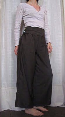 Il faut vraiment que je me fasse un pantalon, celui-ci semble assez simple à imiter...