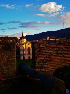 Jaca es la capital de la comarca de Jacetania situada entre las sierras del Pirineo, principalmente dedicada al turismo mezclando el pasado y el presente.