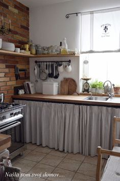 35 Cortinas pra Pia da Cozinha + Passo a passo DIY! Rustic Kitchen, Country Kitchen, Diy Kitchen, Vintage Kitchen, Kitchen Decor, Awesome Kitchen, Cheap Kitchen, Kitchen Cabinets, Interior Design Living Room