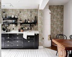 kitsch wallpaper in the kitchen Kitchen Furniture, Kitchen Interior, Kitchen Dining, Kitchen Decor, Black Kitchens, Home Kitchens, Design Retro, Gravity Home, Wooden Sofa