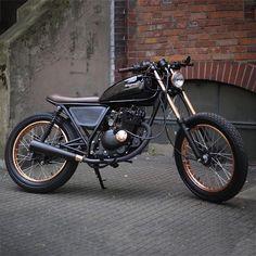 Loving the copper details on this Suzuki GN125 dubbed 'Walter Matthau' by the cats over at Poland's @unikatmotorworks. #suzuki #gn125 #builtnotbought #vintagemotorcycle #bratstyle #brat#LTmoto
