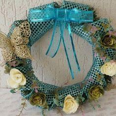 Guirlanda com inspiração para um Natal azul e branco. Tem muitas imagens lindas para uma festa com essas cores no #blogdoelo7. Essa guirlanda é da loja Crie Casa Decoração no Elo7. #decoração #natal #foradesérie #feitoàmão #criatividade #azul #guirlanda #decornatalina