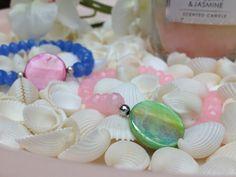 Pretty in pastel - glaskralen met een parelmoer schelpkraal