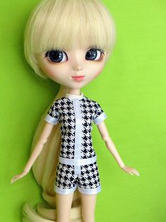 Jumpers are adorable one-piece outfits that can be anything from sporty to girly! This pattern gives you a good variety of options for both fitted and puffed shorts and sleeves, as well as cuffs and different necklines and collars so you can outfit all your dolls each in their own unique style. Medium Slimline is the size assigned to adult 1/6 scale fashion dolls that is common among Asian Fashion Dolls: Pullip Type 4, Momoko, 25cm Obitsus, etc. They are slightly shorter and a lot more s...
