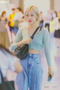 Kpop Fashion Outfits, Blackpink Fashion, Korean Outfits, Korean Fashion, Kpop Mode, 1 Rose, Kim Jisoo, Kim Jennie, Airport Style